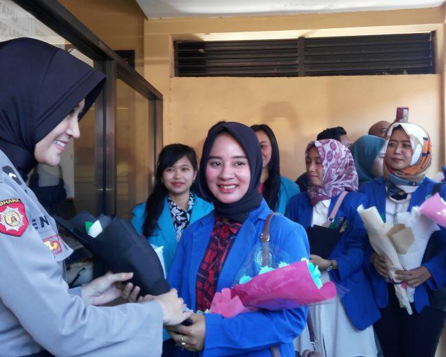 Apresiasi Keberhasilan Polri Amankan Aksi 22 Mei di Jakarta Puluhan Mahasiswi Bagikan Bunga kepada Polisi